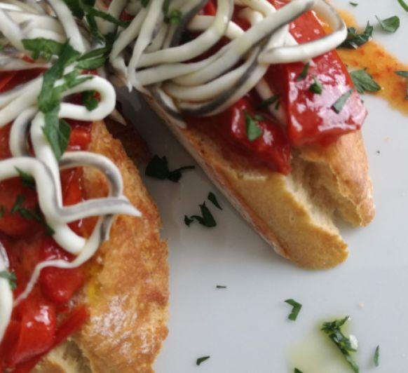 Pimiento rojo en su pilpil y gulas hecho en Thermomix® en tosta o en cazuela