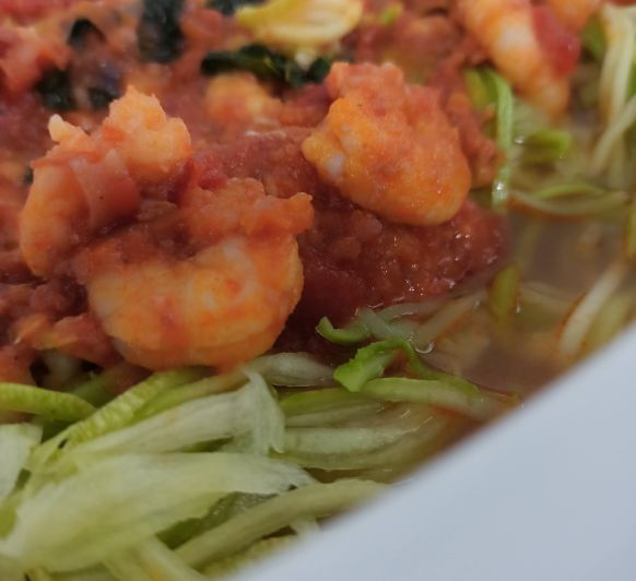 Espaguetis de calabacín con gambas en salsa de arrabbiata
