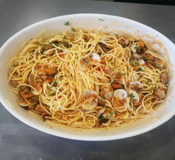 Espaguetis con mejillones y chirlas con Thermomix®